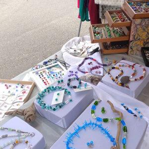 Marktstand mit vielen bunten, handgefertigtem Glasschmuck, Glasperlen
