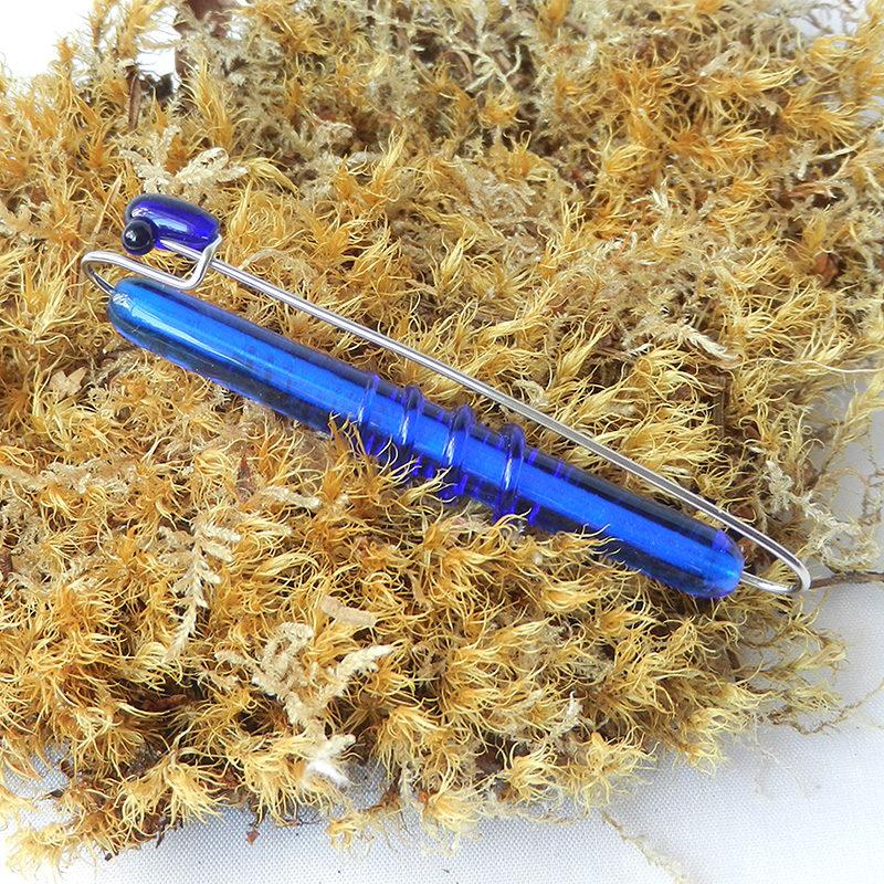 Anstecknadel mit blauer Glasperle,handgefertigtes Unikat, Edelstahl und Glas
