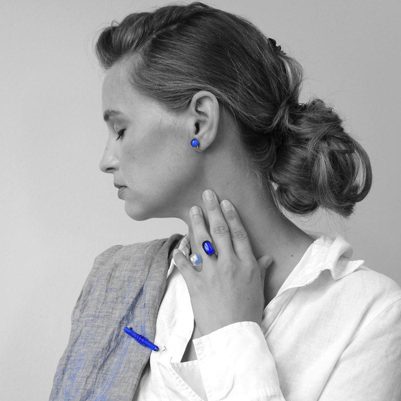 Nadel mit blauer handgefertigter Glasperle, Silberring mit zwei blauen Glasperlen, Ohrstecker mit runder blauer Glasperle Silberring