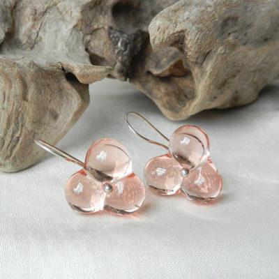 Ohringe aus silber mit einer glasperle in Blütenform, Muranoglas, handgefertigte Unikate von schmuckes glas