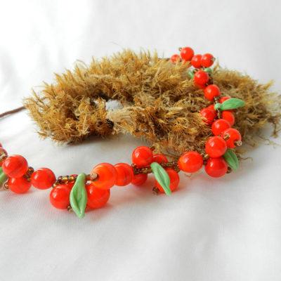 Kette mit orangenen Glasperlen und grünen Glasblättern. Sanddorn. Handgefertigtes Unikat von schmuckes Glas