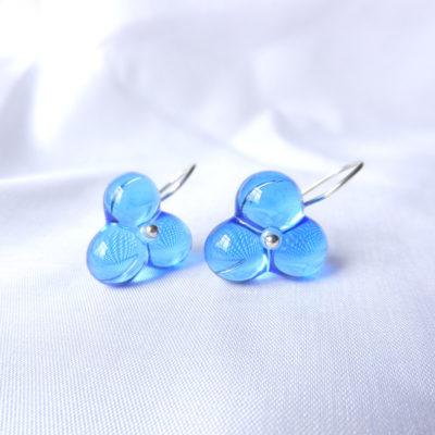 Hellblaue Glasperlen in Blütenform an silbernen Ohrringen. Handgefertigte Unikat von schmuckes Glas