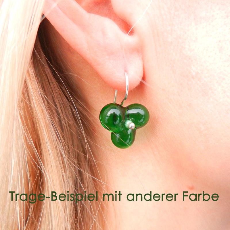 Glasperlen in grün und Blütenform. Ohrringe aus Silber, handgefertigte Unikate von schmuckes Glas