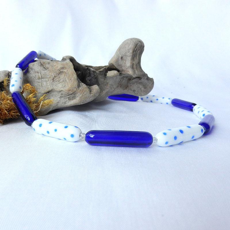 Glasperlenkette blau weiß gepunktet, handgefertigte Glasperlen von schmuckes Glas, Unikatschmuck