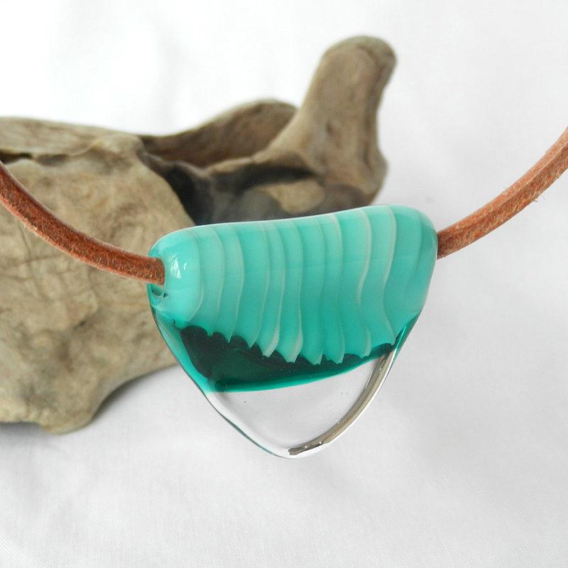 grüne Glasperle am Lederband, handgefertigte Einzelperle aus Muranoglas, Unikatschmuck von schmuckes Glas, hellbraune Lederkette