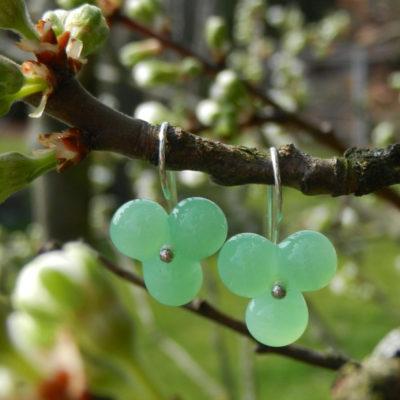 Silberohrring mit hellgrüner Glasperle, Glasohring grün, Glasperlenblume, handgefertigtes Unikat von schmuckes Glas